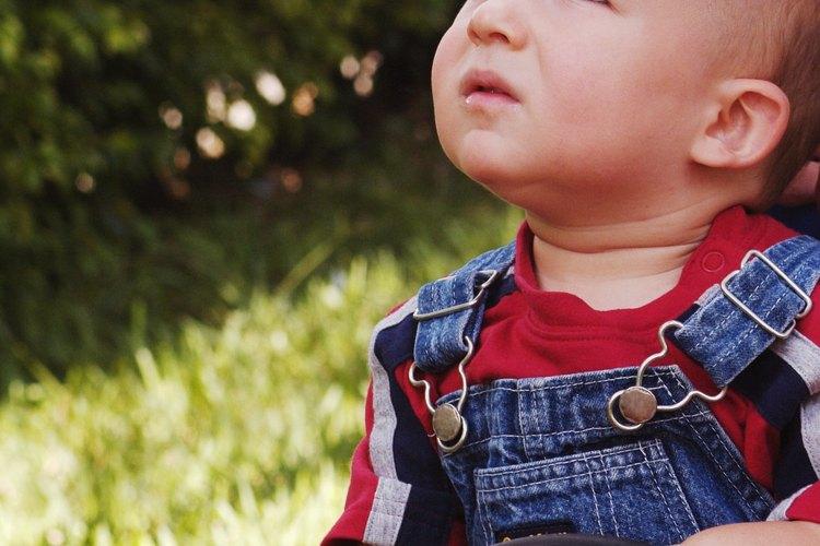Los infantes con un desarrollo normal por lo general tienen algunas semanas a algunos meses en los que es perfectamente normal llegar a un hito particular.