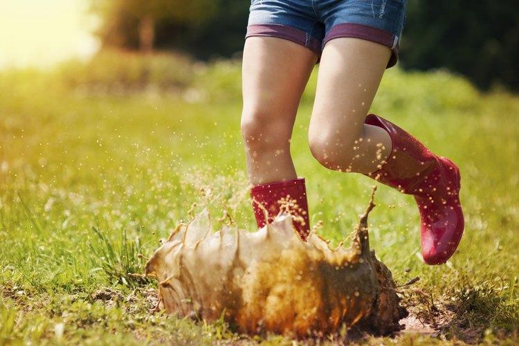 Evita los charcos en tu patio instalando un drenaje.