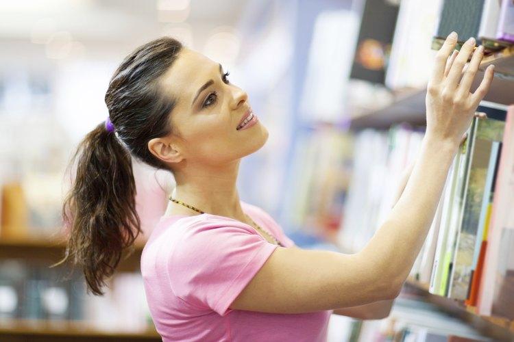 Mujer viendo libros en una librería.