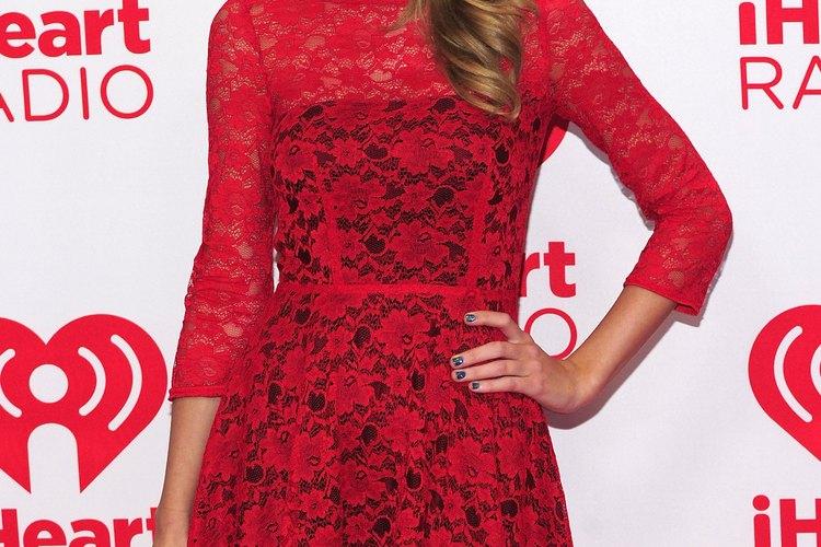 Taylor Swift parece a punto de encontrarse con su pareja de San Valentín con su vestido rojo romántico.