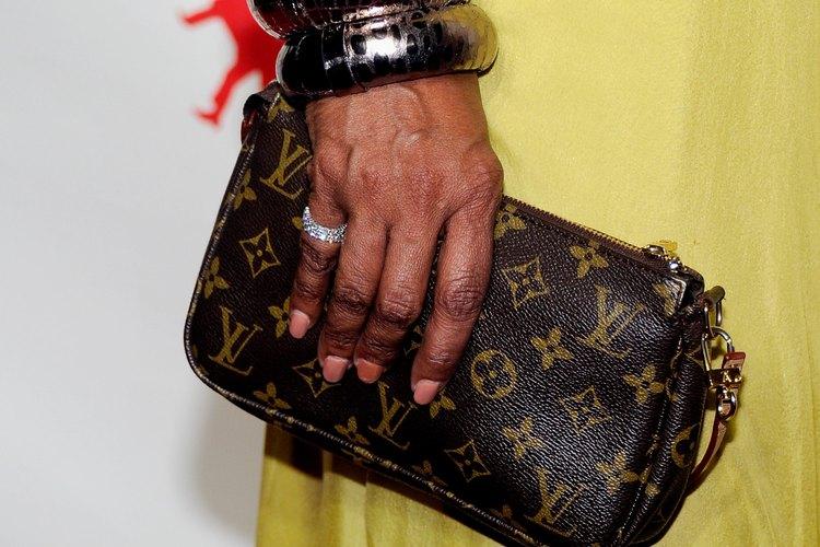 Los auténticos productos Louis Vuitton tienen el monograma LV de la firma y muestran los colores originales.