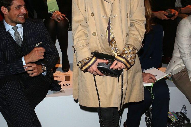 La apariencia de Alexa Chung en unos denim ajustados e impermeable es casual e impecable.