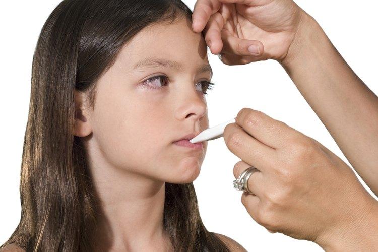 Introduce el termómetro abajo del costado de la lengua de tu niño.