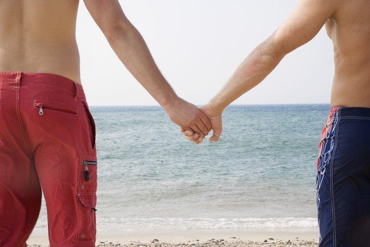 Conocer personas es una buena táctica para encontrar pareja.