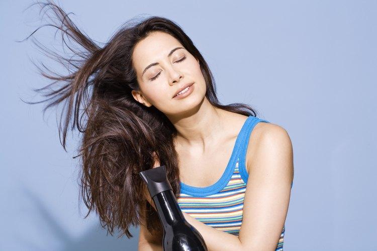 No trabajes en tu secador de pelo mientras está conectado a un toma eléctrico.