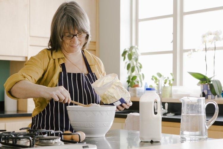 Aprende a ajustar tus recetas para usar harina integral y cocinar de manera más saludable.