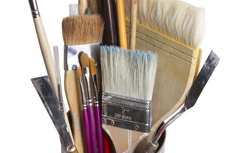 Limpiar tus pinceles con aguarrás puede dejar un olor fuerte.