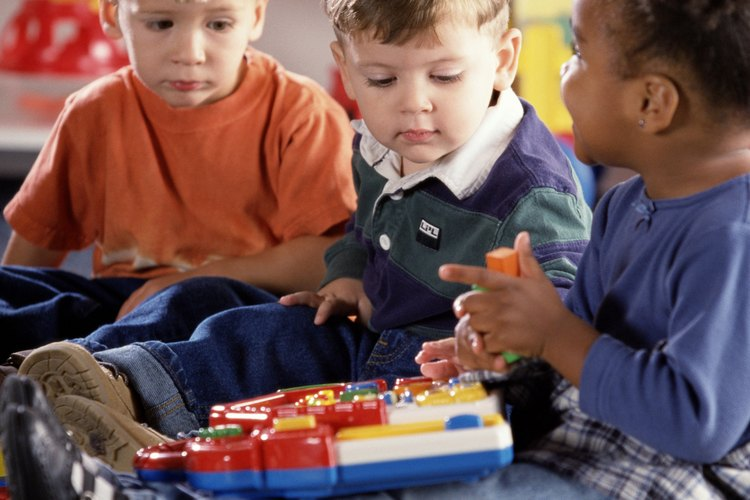 Muéstrale a tu niño pequeño el valor de la cooperación mediante la participación de el en los quehaceres y las tareas diarias simples, como ayudar a guardar sus juguetes.