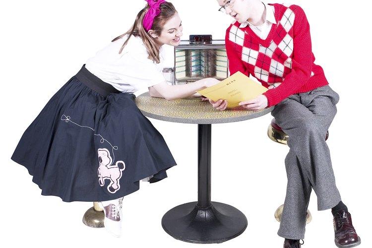 La apariencia amplia de una falda con estilo de la década de los 50 se crea con crinolinas almidonadas que se utilizan bajo la falda.