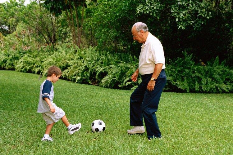 El juego ayuda al niño a desarrollar el control de su cuerpo.