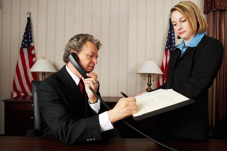 Un abogado con su cliente.