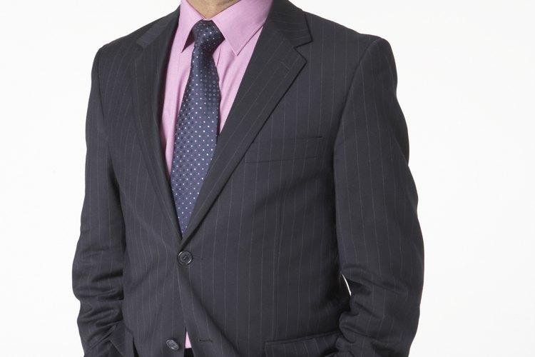Los hombres deben vestir trajes de negocios.