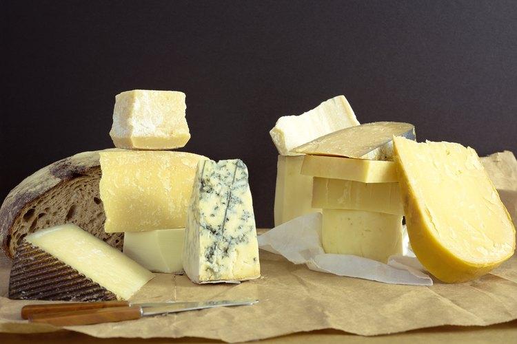 Una variedad de quesos en una tabla para cortar.