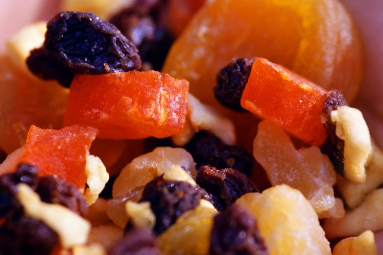 Un primer plano de una mezcla de frutas secas.