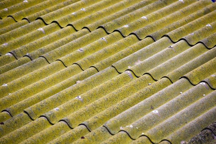 Aplica una capa reflectante a tu techo de metal para ayudar a reducir el calor.