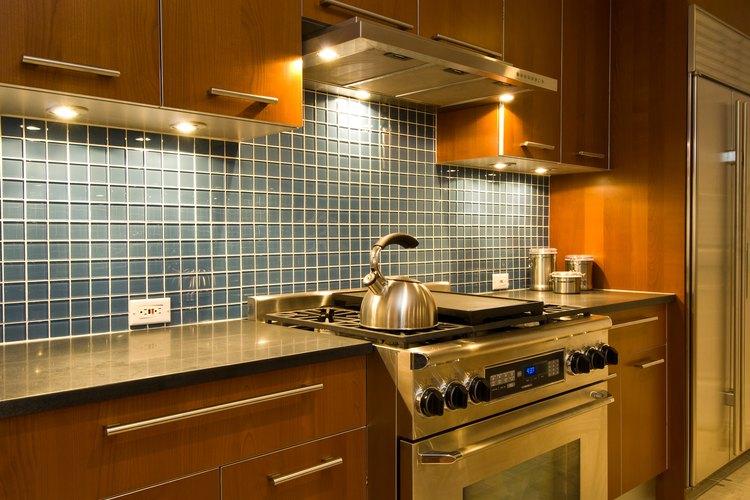 Baldosas pequeñas o grandes pueden usarse en la pared tras el fregadero de la cocina.
