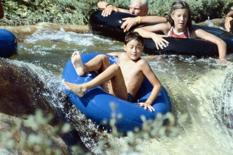 Lanzarse al agua en flotadores tubulares es divertido, pero puede ser peligroso también.