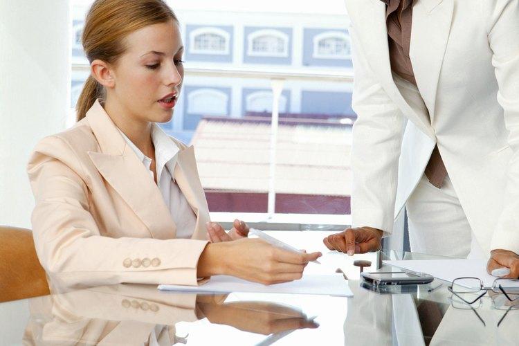 Una secretaria debe demostrar una atención especial con el cliente.