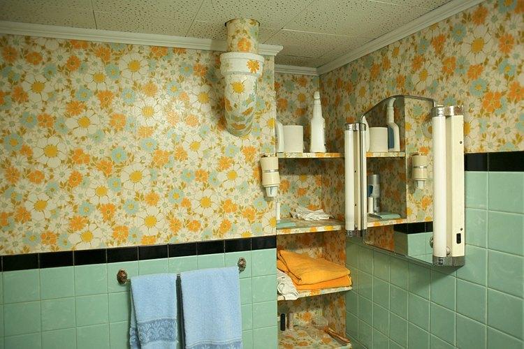 Para lograr una vista profesional, esconde las uniones cuando pintes papel de pared.