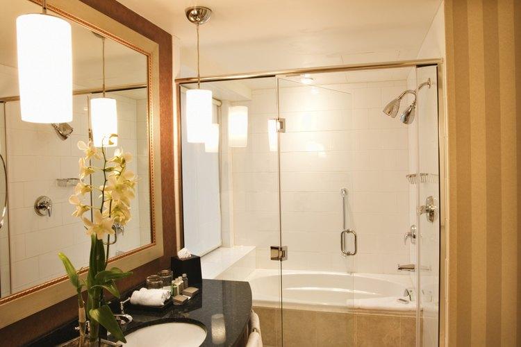 Puedes colocar láminas de vidrio detrás del lavabo del baño para una nueva apariencia.