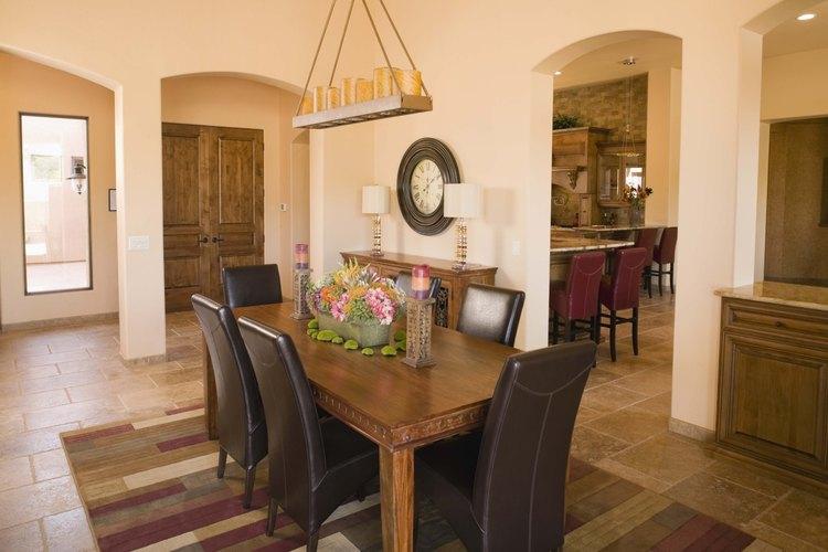 Una mesa rectangular de 60 pulgadas (1,52 m) acomodará cómodamente a seis invitados.