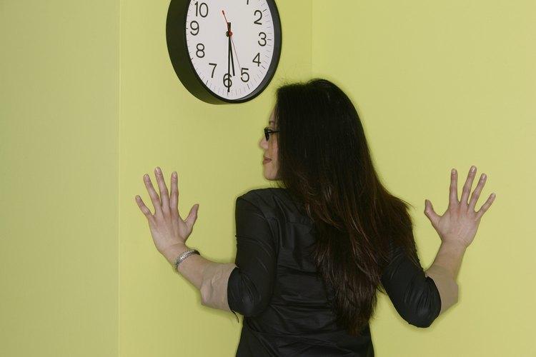 Retira el reloj de la pared o estante.