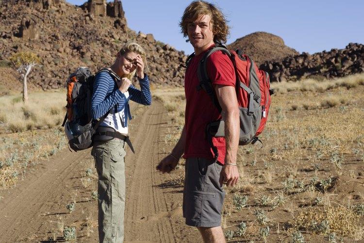 Una pareja se dirige a una caminata en el desierto.