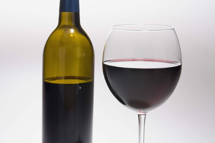 El vino tinto deriva de las uvas rojas.