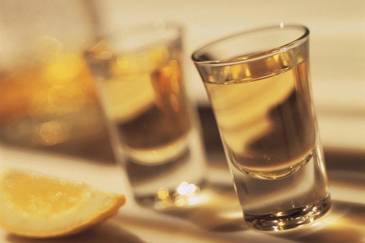 Tanto el tequila como el mezcal, se hacen de la destilación del jugo fermentado de la planta de pita.