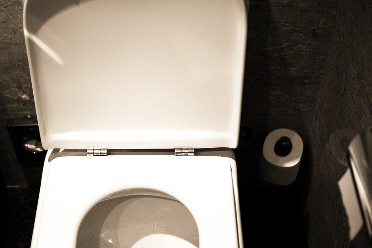 Varias cosas pueden estar causando los ruidos en el inodoro.