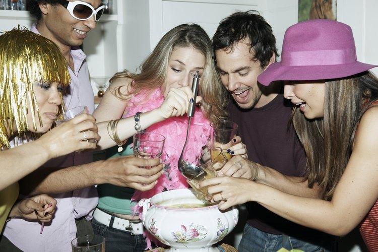 Hay una variedad de juegos para entretener a los adultos en una fiesta.