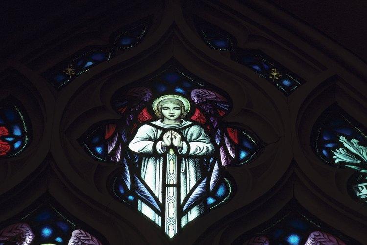 Las Iglesias católicas a menudo tienen ventanas con vitrós que representan escenas bíblicas.