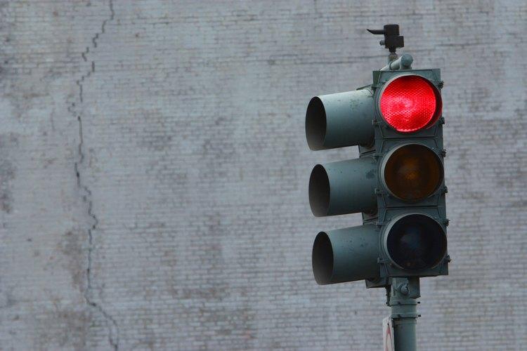Tener una multa por pasar un semáforo en rojo puede dificultarte el proceso de registro de tu auto.