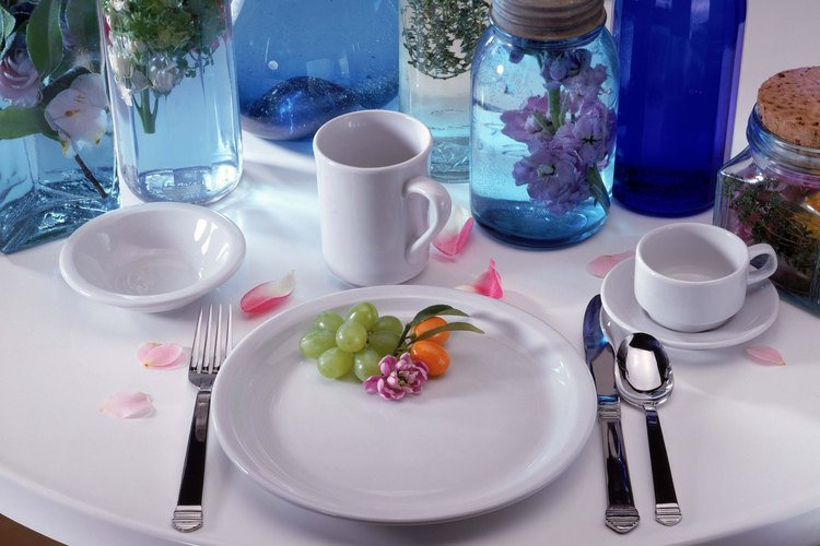 Un frasco de vidrio puede ser parte de un elegante arreglo de mesa en una boda.