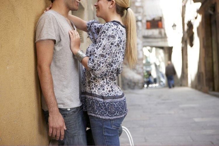 Coquetea con tu novio para mejorar el romance.