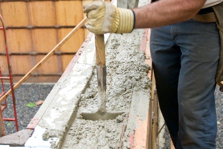 Los mezcladores con eje vertical normalmente tienen varios puntos de descarga integrados en la unidad principal, permitiendo la flexibilidad en la mezcla y el esparcimiento del concreto.