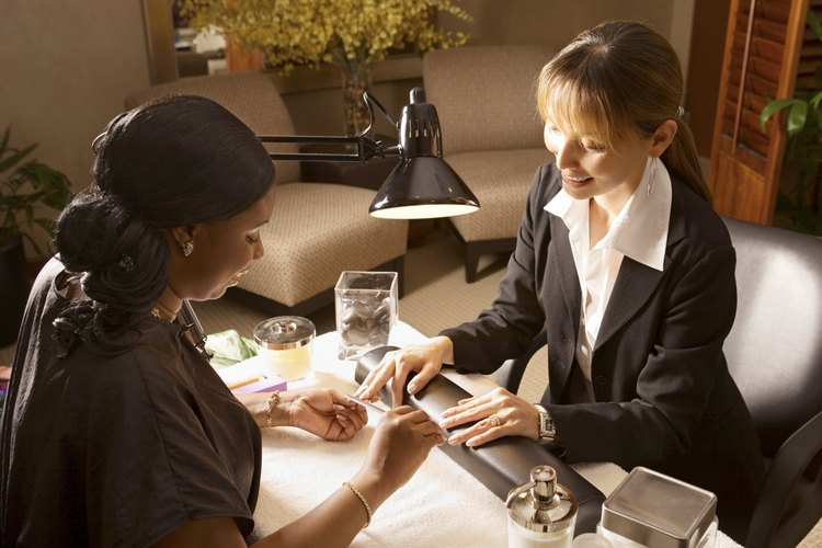 Los manicuristas deben aprobar un examen aplicado por la Junta de Cosmetología de California.