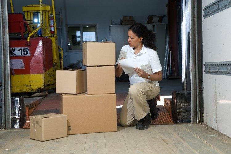 Las empresas mantienen los sistemas de inventario utilizando sistemas de inventario, ya sea periódicos o perpetuos.