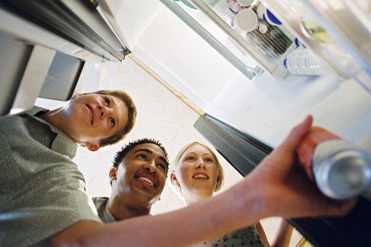 Los refrigeradores Whirlpool fabrican y almacenan un suministro constante de cubos de hielo.