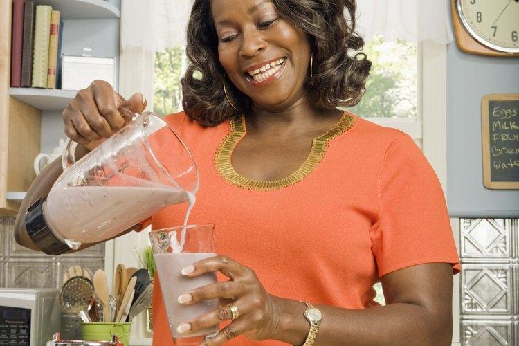 Licua los arándanos con otras frutas para licuados de sabores más complejos.