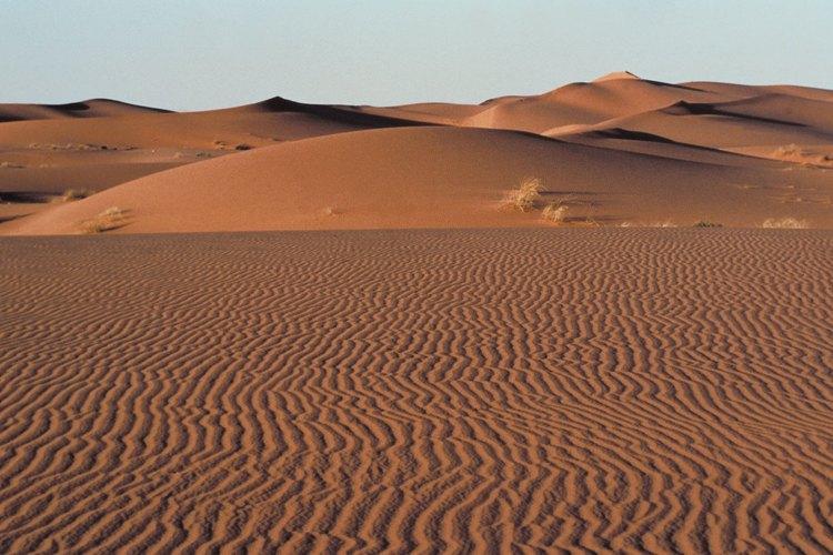 El el desierto, donde hay una gran diferencia de temperatura entre el día y la noche, las capas externas de las rocas se expanden y contraen, haciendo que las capas se despeguen.