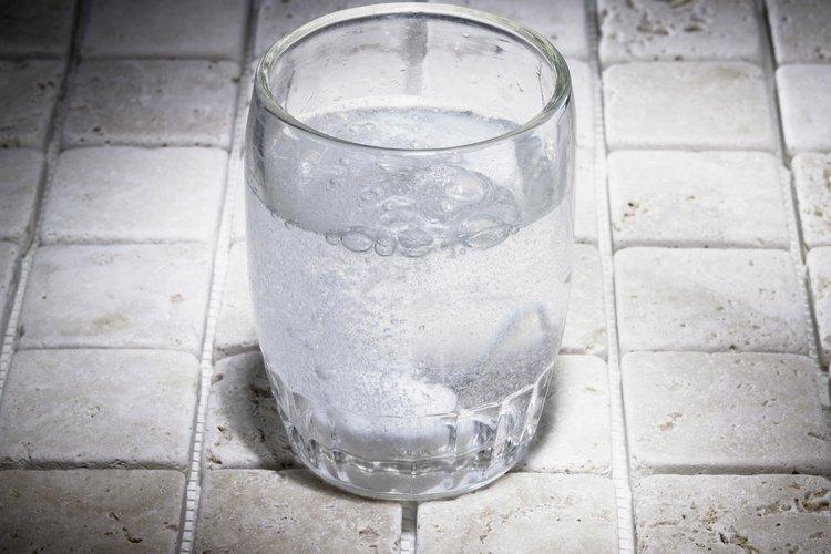 Beber agua con gas puede saciar tu sed igual que el agua normal.