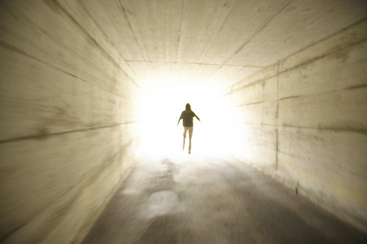 """La proverbial """"luz al final del túnel"""" difícilmente se parece a la gloria del Cielo."""