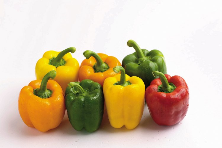 Remueve la cáscara de todos los tipos de chiles pimientos con el mismo método.