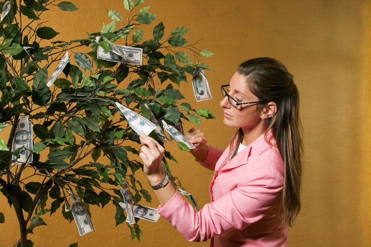 Pide a los invitados que traigan dinero contante y sonante para fijar en un árbol de dinero para el graduado.