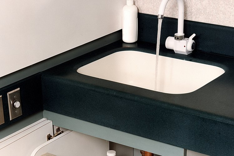 Además de blanquear telas, el blanqueador tiene otros usos prácticos, como la capacidad para matar el moho en las superficies del hogar.