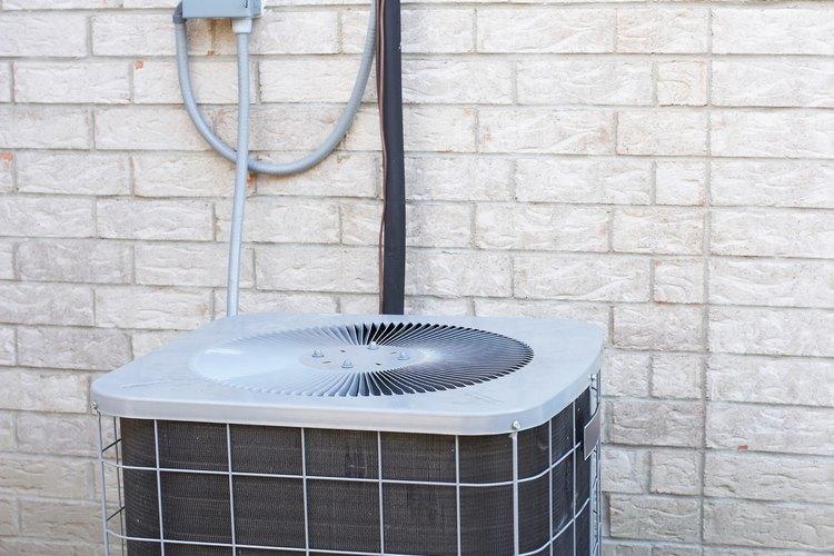 Esta unidad de aire acondicionado está instalada afuera de la casa.