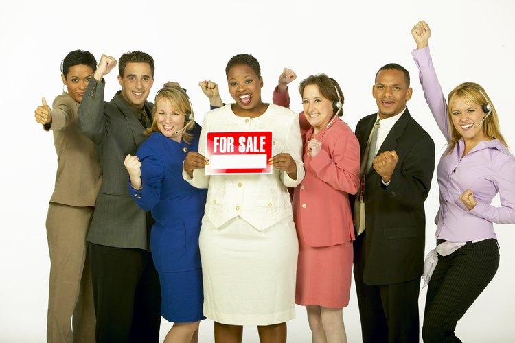 Los vendedores trabajan en varios campos diferentes promocionando productos y atendiendo a los clientes.