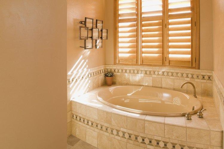 Mantén tu bañera limpia para evitar las manchas desagradables.