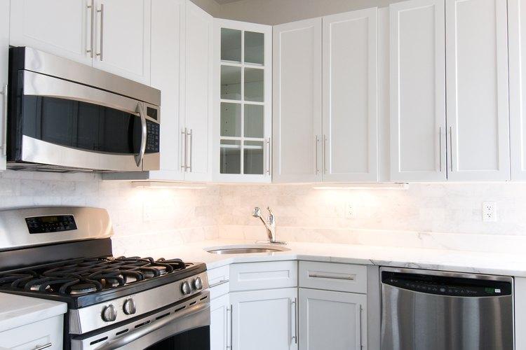 Usa vinagre para limpiar, desinfectar y desodorizar tu cocina.